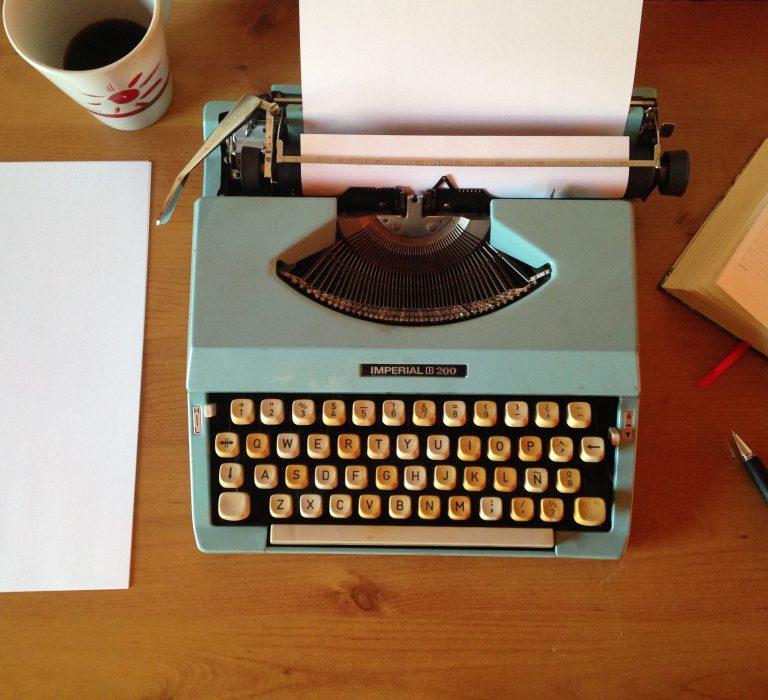 Máquina de escrever que remete para conteúdo